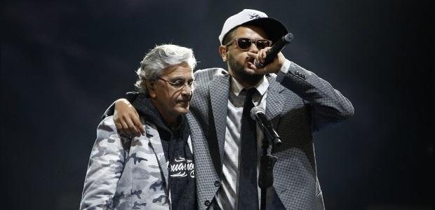 3set2013---caetano-veloso-e-o-rapper-emicida-se-abracam-apos-apresentacao-no-premio-multishow-1378264316734_615x300 - Cópia